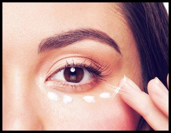 aplicar-la-crema-contorno-de-ojos